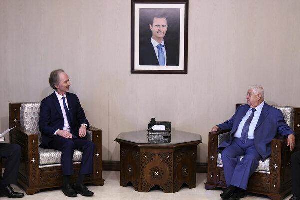 Sýrsky minister zahraničia Walíd Maulim (vpravo) privítal v Damasku splnomocnenca OSN pre Sýriu Geira Pedersena.