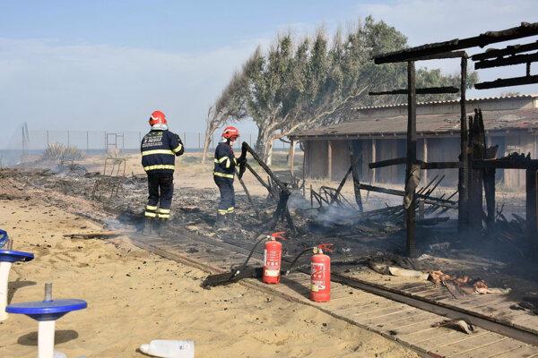 Hasiči pri likvidácii požiaru porastu pri meste Catania na talianskom ostrove Sicília