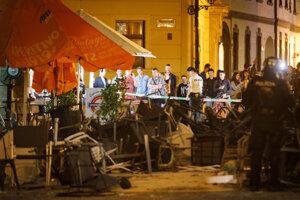 Svedkovia bitky sledujú neporiadok na Ventúrskej ulici.