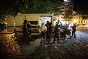 Polícia zatýka výtržníka v Starom Meste po bitke a výtržnostiach zahraničných futbalových fanúšikov.