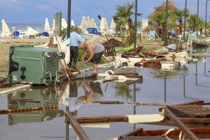 Muži prehľadávajú trosky po búrke v obci Nea Plagia v regióne Chalkidiki na severe Grécka.