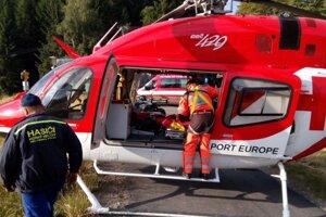 Hasiči priviezli zranenú ženu k vrtuľníku.