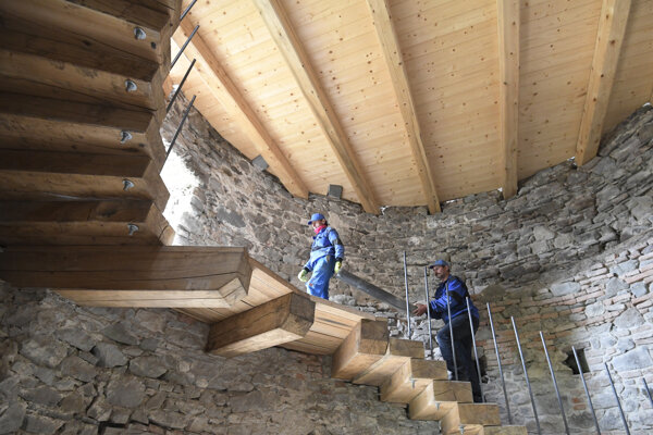Práce na sprístupení budúcej vyhliadky na veži Nebojsa na hrade Slanec.