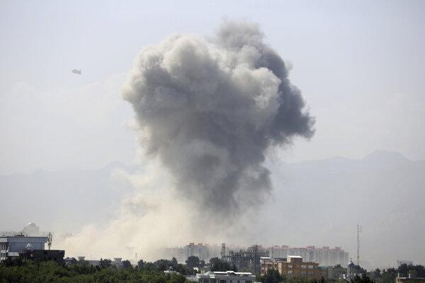 Dym nad Kábulom po explózii 1. júla 2019.