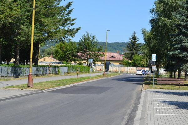 Odbočovací pruh na Komenského ulici sa konečne stane realitou.