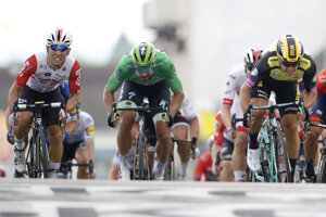 V šprinte 7. etapy víťazí Dylan Groenewegen (vpravo), Peter Sagan (v strede) finišuje na treťom mieste.
