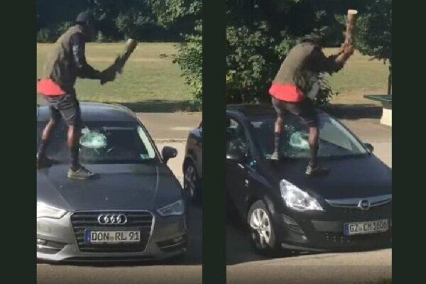 Nigérijčan s polenom bral autá zaradom a niekde sa mu neťažilo ani vyskočiť na kapotu.