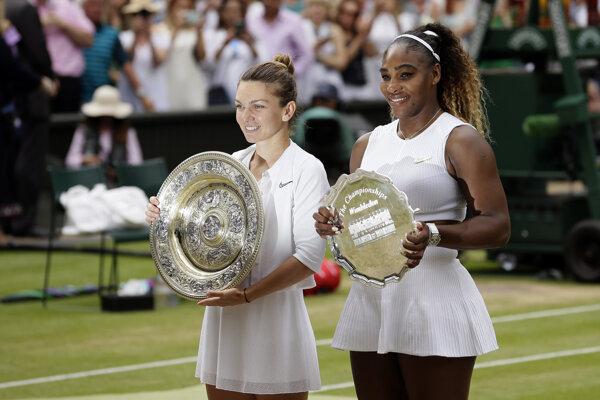Simona Halepová (vľavo) a porazená finalistka Serena Williamsová.