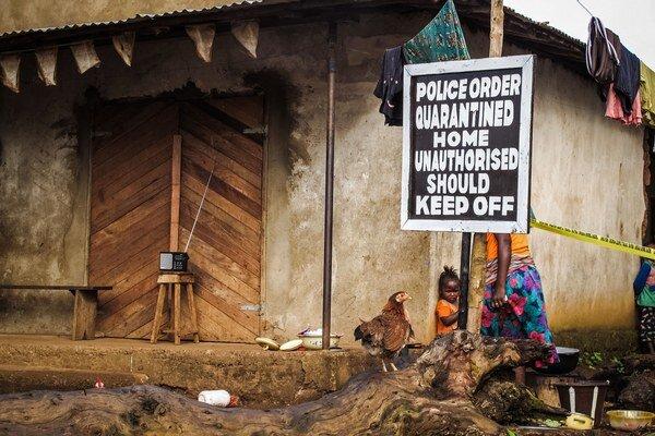 Niektoré domy v Sierra Leone sú v karanténe.