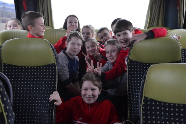 Karatisti počas cesty na turnaj.