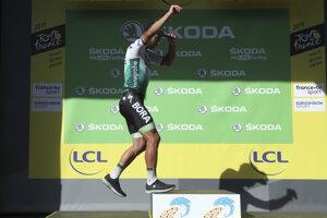 Peter Sagan si po skončení 9. etapy Tour de France 2019 prichádza na pódium pre zelený dres, ktorý si ako líder bodovacej súťaže oblečie aj v nasledujúcej etape.