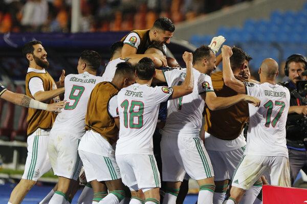 Futbalisti Alžírska sa tešia z postupu do finále.