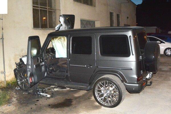 Mercedesu obhorela predná časť.