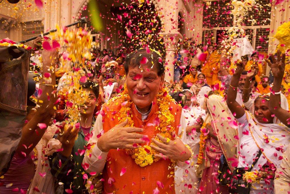 Počas osláv sviatku Hólí neplatí rozdelenie na kasty či spoločenský bontón.