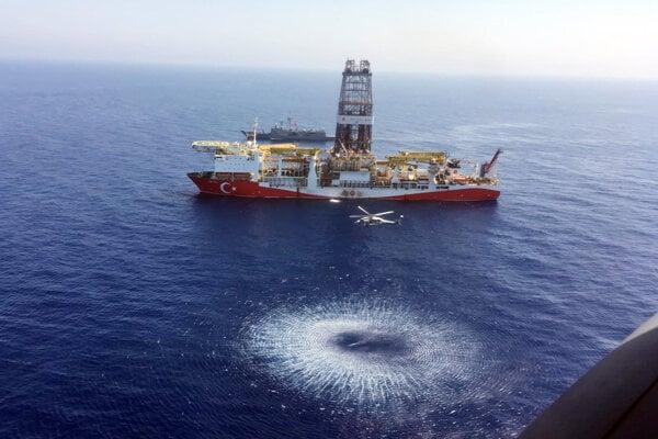 """Vrtuľník letí nad tureckou vrtnou loďou """"Fatih"""" odoslanou smerom na východné Stredozemie neďaleko Cypru."""