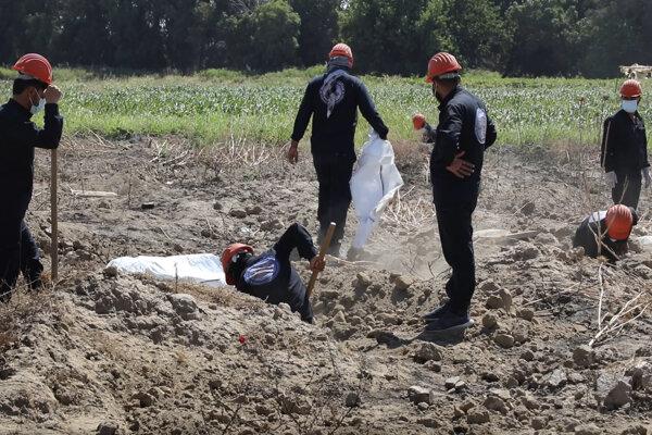 Odkrývanie masového hrobu pri sýrskom meste Rakka.