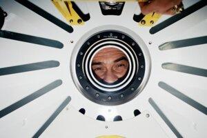 Kozmonaut Pavel Vinogradov pozerá cez priezor v poklope na vesmírnej stanici Mir.
