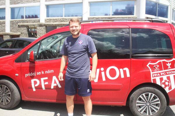 Pridaj sa knám do PFA, hlási nápis na aute za Jozefom Novotom.