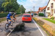 Z miesta udalosti. Cyklisti sa obrátia na políciu.