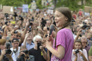 Greta Thunbergová sa prihovára účastníkom protestu proti klimatickým zmenám v Berlíne.