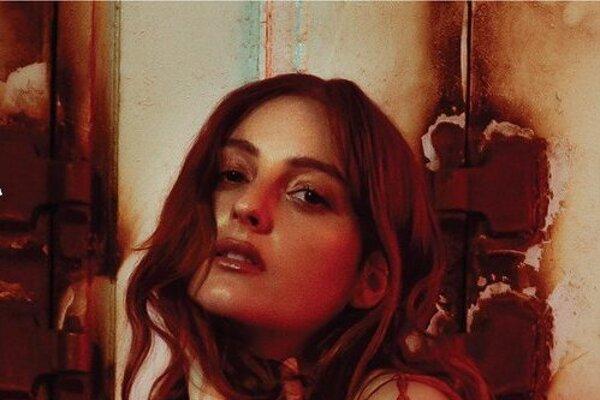 Americká speváčka Banks na svojej tretej štúdiovke pritvrdila.