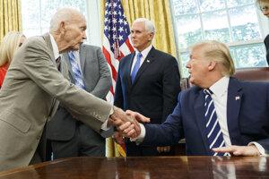 Americký prezident Donald Trump víta astronauta Michaela Collinsa.