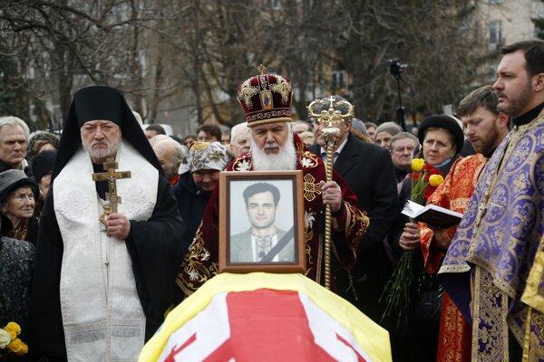 Pravoslávny kňaz pochováva ukrajinského novinára Heorhija Gongadzeho.