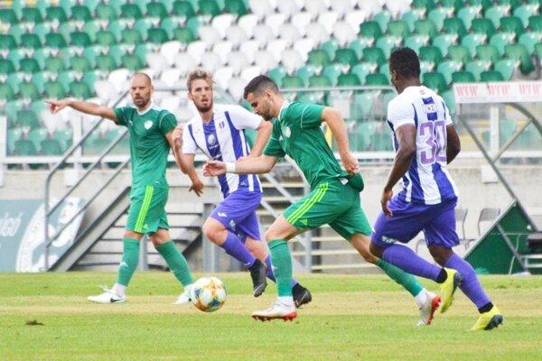 Futbalisti ETO FC Győr v letnej príprave porazili prvoligový Újpest 2:0. S loptou bývalý hráč FC Nitra (v zelenom).