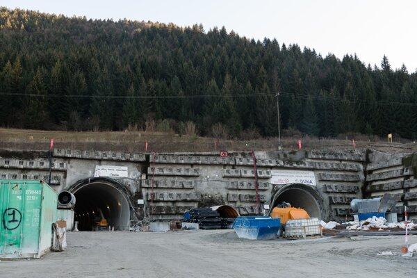 Západný portál tunela Višňové - Dubná skala stavby D1 pri obci Višňové.