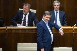 Podpredsedovia NR SR vľavo hore Andrej Hrnčiar a Béla Bugár, uprostred poslanec Tibor Bastrnák (všetci traja Most-Híd).