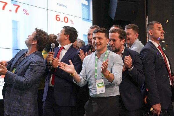 Radosť v štábe strany Volodymyra Zelenského Sluha národa, ktorá získala 42,52 percenta hlasov.