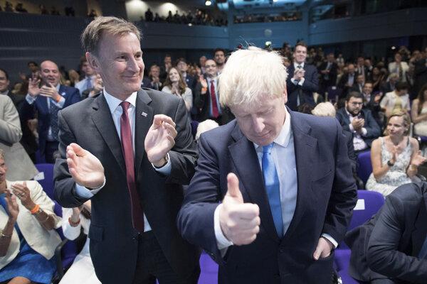 Boris Johnson (vpravo) sa teší z víťazstva nad Jeremym Hunton (vľavo)