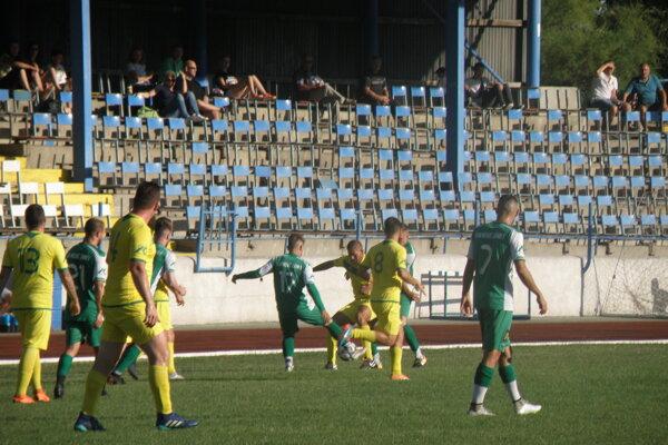 Futbalisti FKM (v zelenom) privítali na štadióne na Sihoti mužstvo zo Svodína, ktoré zdolali 12:0.
