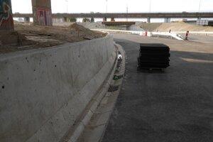 Nová betónová bariéra pri napojení na Bajklaskú v smere na Slovnaft.