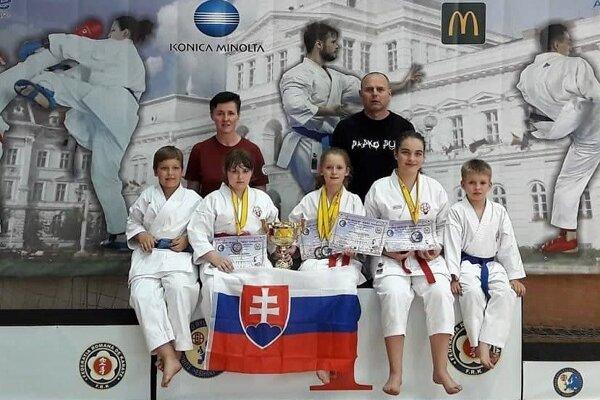 Zľava: Marcel Smatana, Miriam Wenderlová, Ingrid Marková ml., Stella Patai a Leo Cápay. Za nimi trénerka Ingrid Marková a tréner Michal Rusnák.