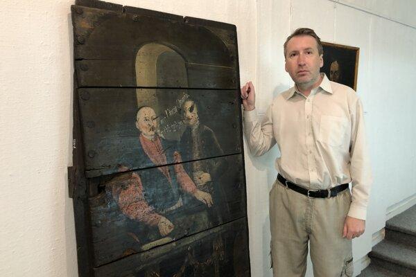 Historik umenia a kurátor výstavy Kabinet kuriozít Jozef Ridilla z Krajského múzea v Prešove pri vystavených maľovaných dverách z prešovskej mincovne, pochádzajúcich z obdobia rokov 1780 až 1790.