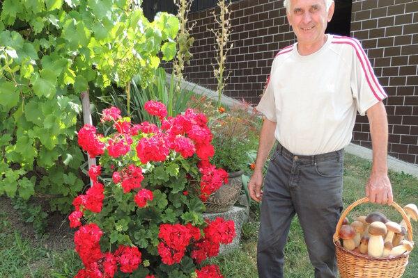 Košíkár František Slašťan, ktorý sa venuje pleteniu tovaru z vŕbového prútia.