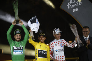 Zľava: Peter Sagan, Egan Bernal a Romain Bardet na pódiu po skončení Tour de France 2019.
