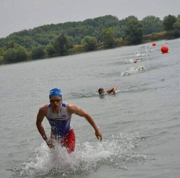 Z vody vybieha absolútny víťaz pretekov Matej Pavúk z Levíc