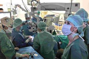 Transplantácia rohovky je kvalitatívne vysoko náročný výkon.