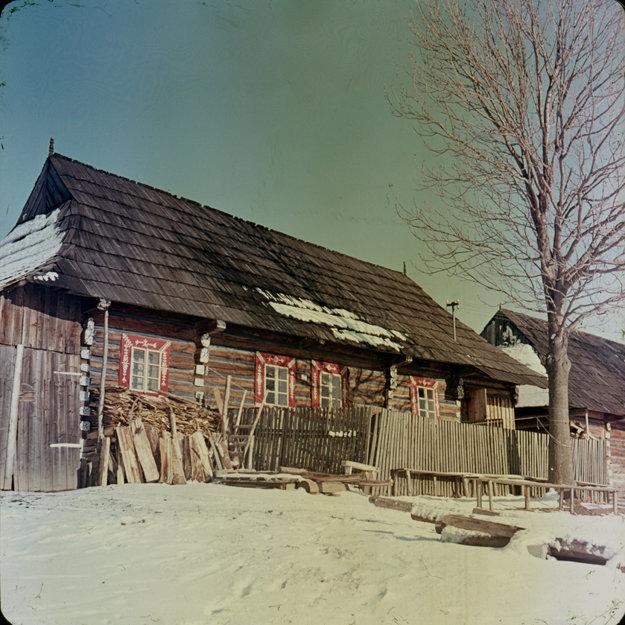 Ľudová architektúra v obci Ždiar bola vyhlásená za pamiatkovú rezerváciu ľudovej architektúry. Zrubový dom s farebnými okennými obrubami. 1960.