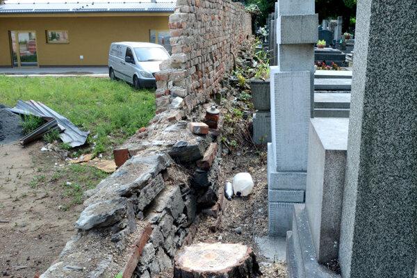 Po páde oplotenia odstránili aj stromy, ktoré na stavbu tlačili. Podľa suseda a tiež správcu sú ohrozené i hroby.