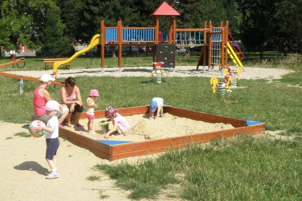 Detské ihriská po zime opäť ožijú.