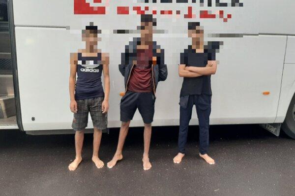 Migranti sa ukrývali v podvozku autubusu.