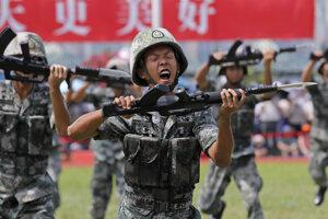Čínsky vojaci pri cvičení.