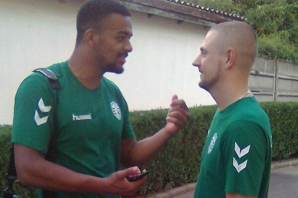 Takto pred rokom. Gatine (vľavo) a Benický si mali po zápase v Maďarsku čo povedať.