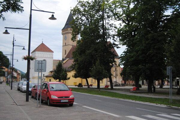 Parkovanie na námestí v Sabinove.