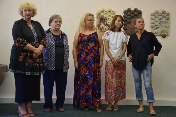 Päť účastníčok medzinárodného keramického sympózia.