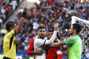 Rozhodca Mario Diaz udeľuje Lionelovi Messimu červenú kartu v dueli o bronz na Copa America 2019.