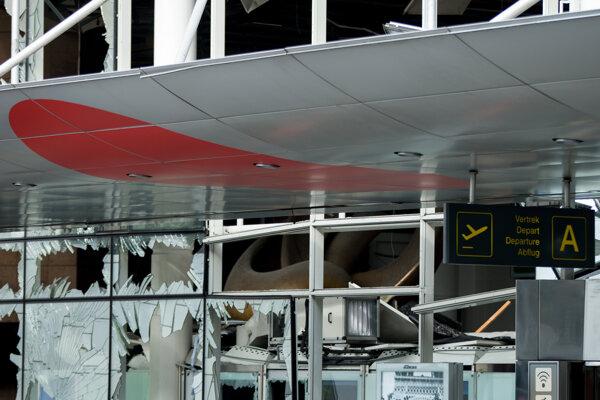 Výbuchy poškodili hlavný terminál letiska.